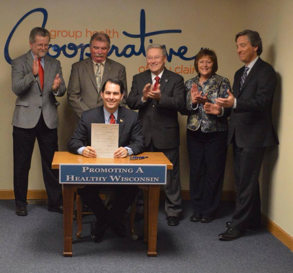 governor-walking-signing-act-137-for-workplace-wellness